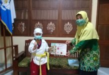 Alliya memegang Medali bersama Kepala sekolah ,Hj Sri Sayekti M.Pd.